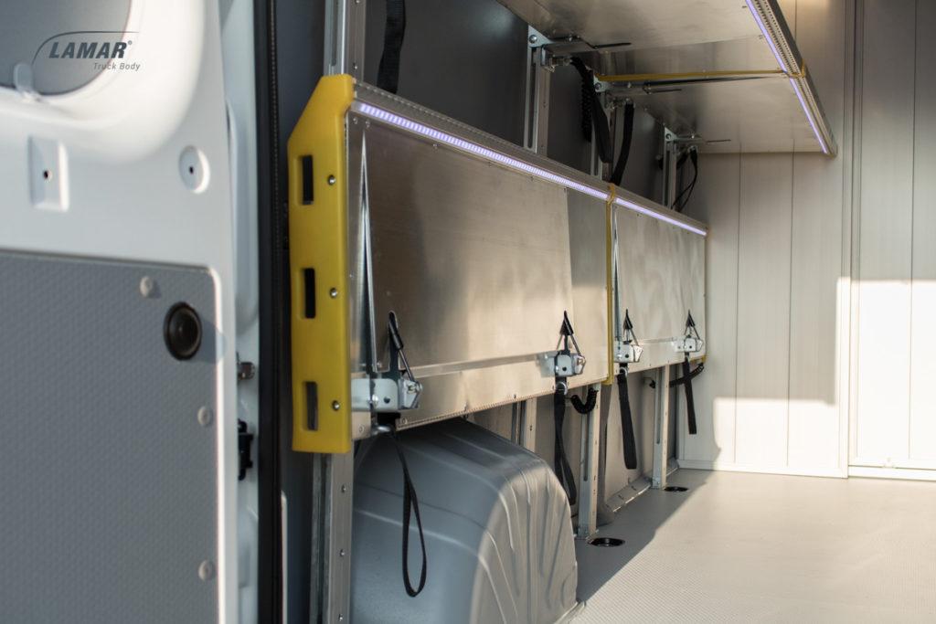 Samochód kurierski - półki w furgonie